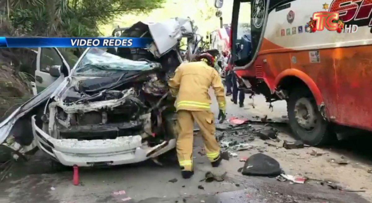 Fuerte choque entre una camioneta y un bus deja tres muertos en la vía Cuenca - Gualaceo
