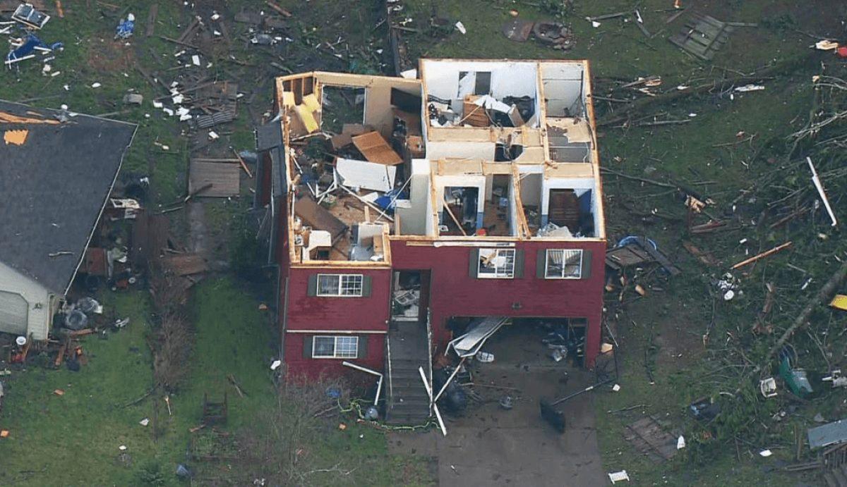 IMÁGENES: Tornado golpea Estados Unidos y derriba casas y árboles