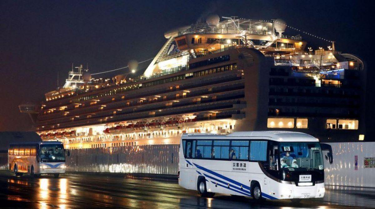 Evacuan a pasajeros del crucero puesto en cuarentena en Japón debido al coronavirus