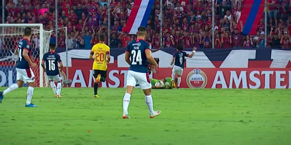 VIDEO | Javier Burrai fue golpeado por jugador de Cerro Porteño y fue retirado en ambulancia