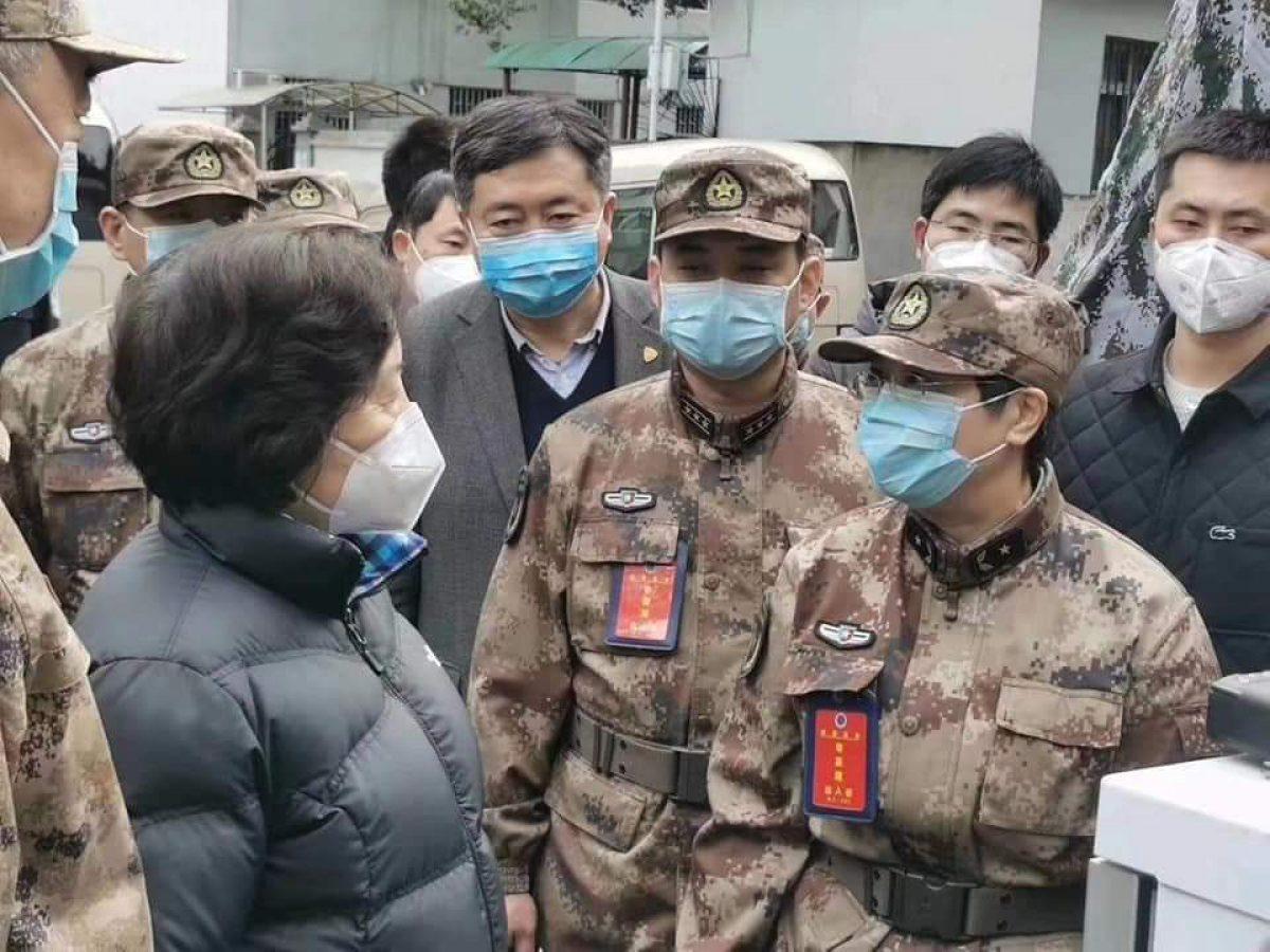 Una doctora militar china se inyecta una vacuna contra el coronavirus: no fue probada en humanos