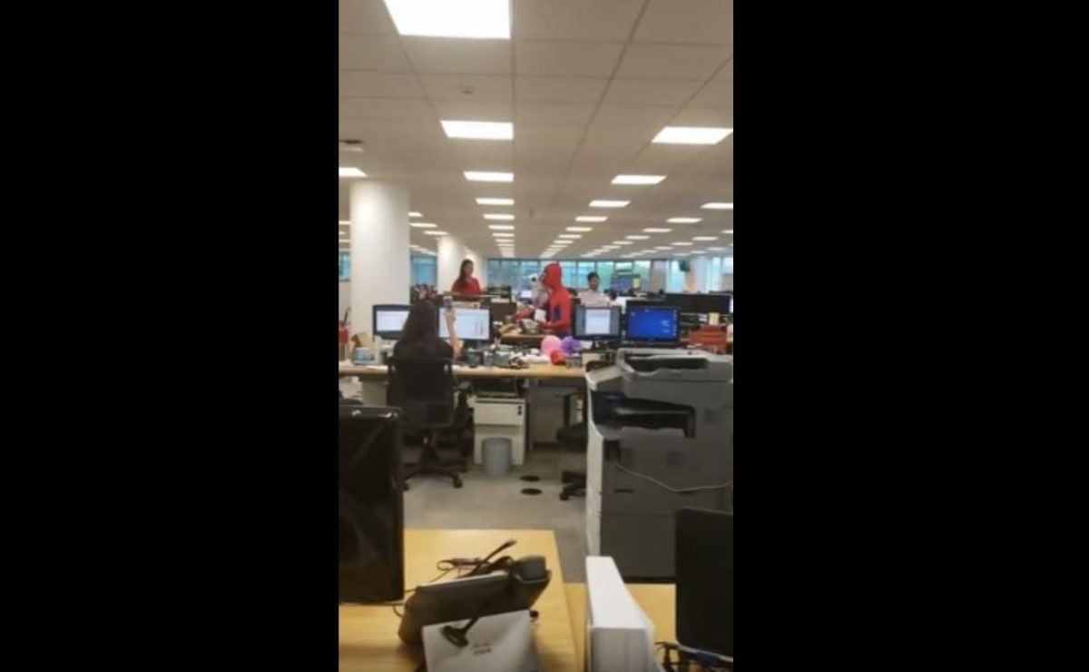 VIDEO: renunció y se presentó el último día de trabajo disfrazado de Spiderman