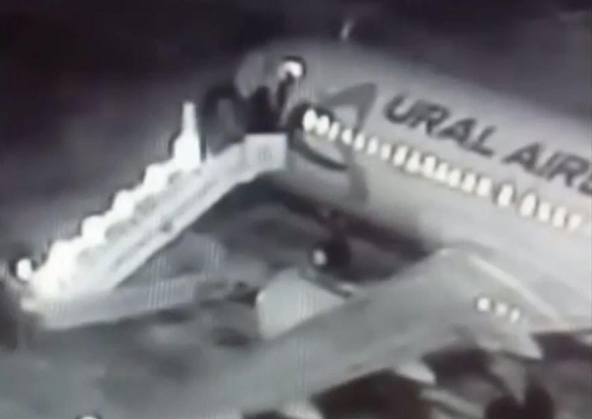 VIDEO: seis personas caen de una rampa al embarcarse en un avión