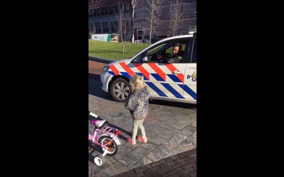 Rápida y furiosa   Una niña en bicicleta gana una 'carrera de velocidad' contra la Policía holandesa