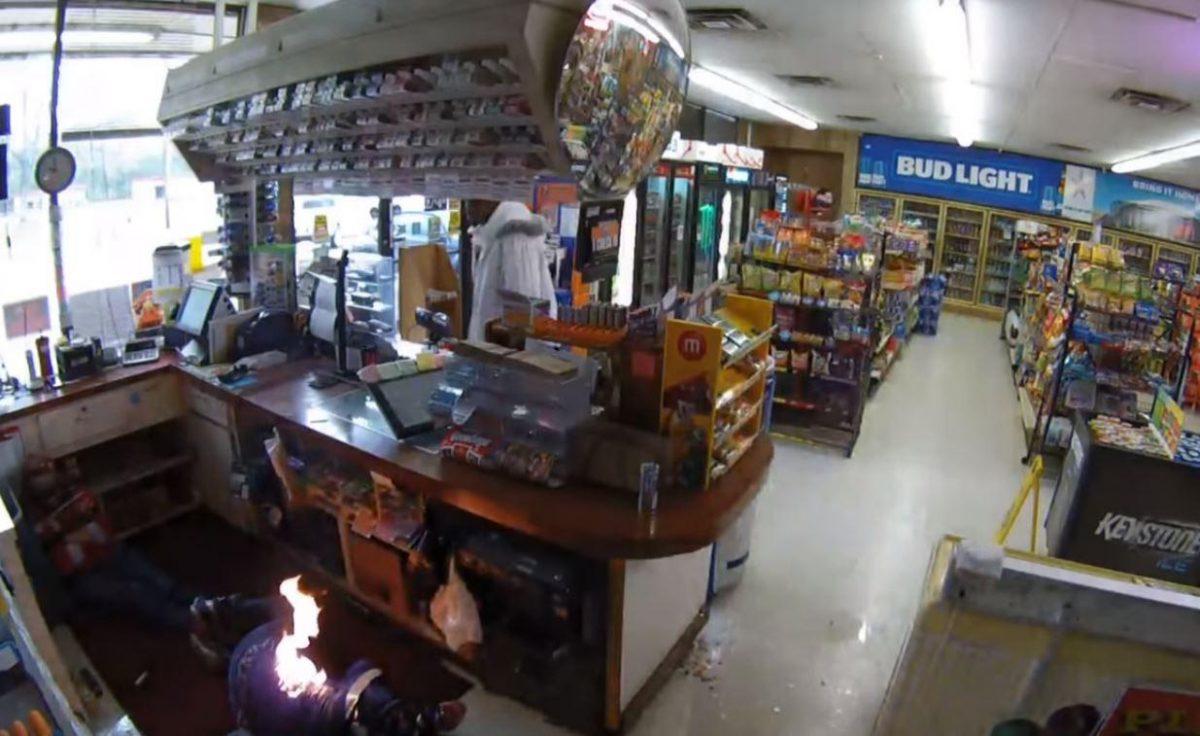 VIDEO | Ladrón asalta una tienda, envuelve a una mujer con cinta adhesiva y le prende fuego