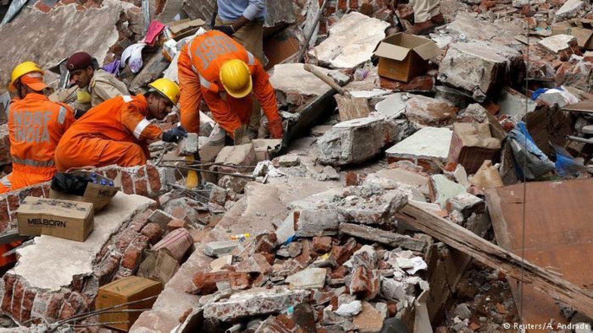Más de 100 personas quedan atrapadas tras derrumbe de edificio en la India