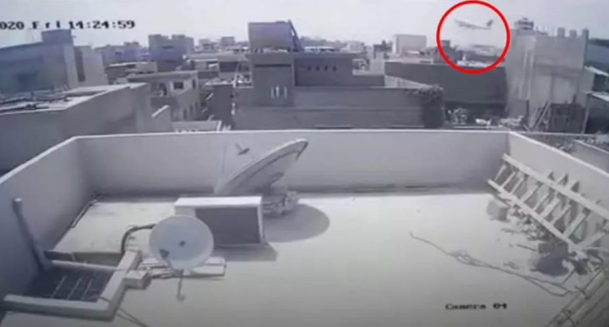VIDEO: Momento exacto en que avión cae en barrio residencial de Pakistán