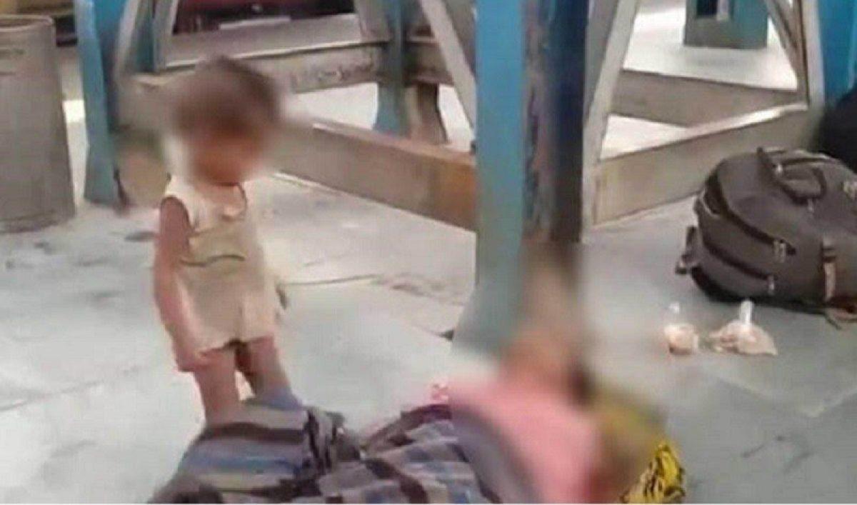 Crisis en India: Una mujer muere en una estación de trenes y su hijo intenta despertarla