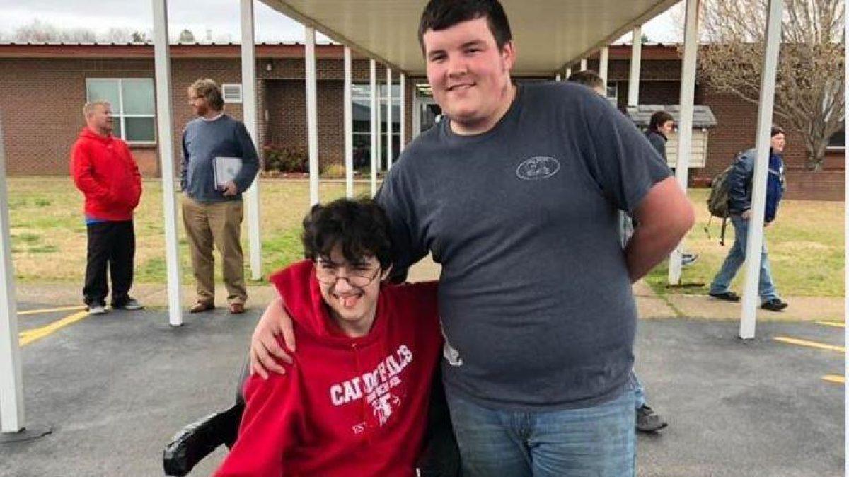 Ahorró durante 2 años para comprarle a su amigo una silla de ruedas eléctrica
