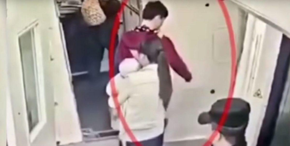 VIDEO: pasajero lanza monedas al motor de su avión por consejo de su suegra