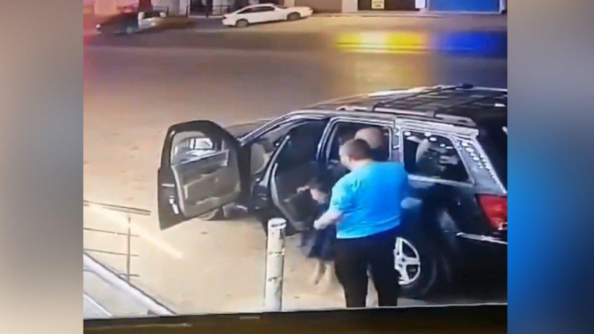 VIDEO IMPACTANTE   Padre ayuda a su hija a salir de un carro, segundos antes de ser golpeado por otro vehículo