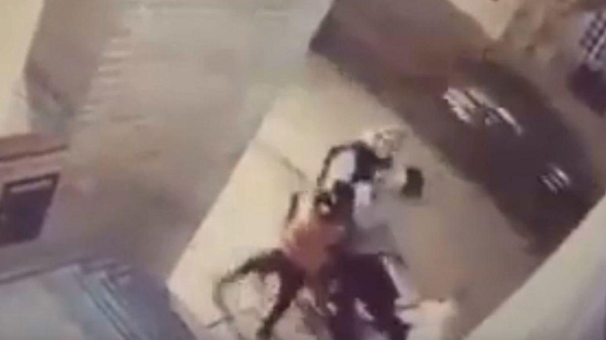 VIDEO | Niña de 11 años golpea a asaltante y salva a su mamá