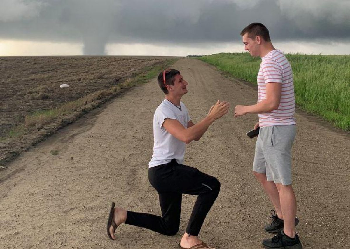 Meteorólogo le propone matrimonio frente a un tornado