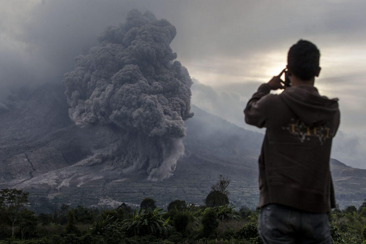 VIDEO   Indonesia: El volcán Sinabung entra en erupción y expulsa una espectacular columna de cenizas