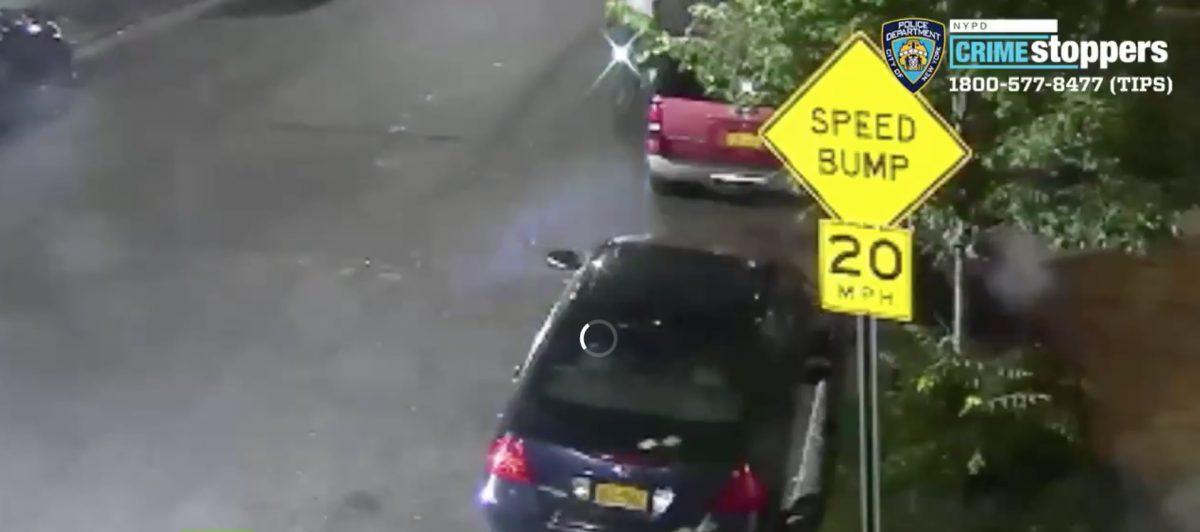 VIDEO | Un hombre armado hiere a dos personas en Brooklyn y se aleja en una bicicleta pública