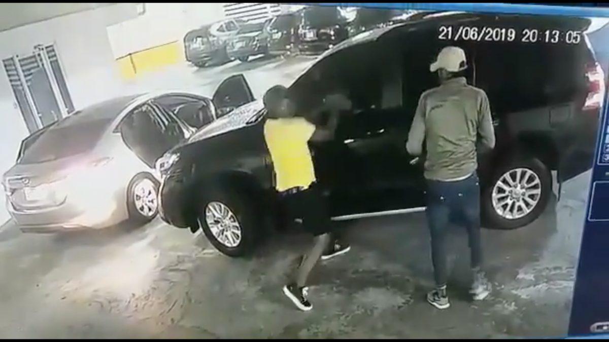 VIDEO | Delincuentes utilizan un mazo y armas de fuego para robar en un estacionamiento
