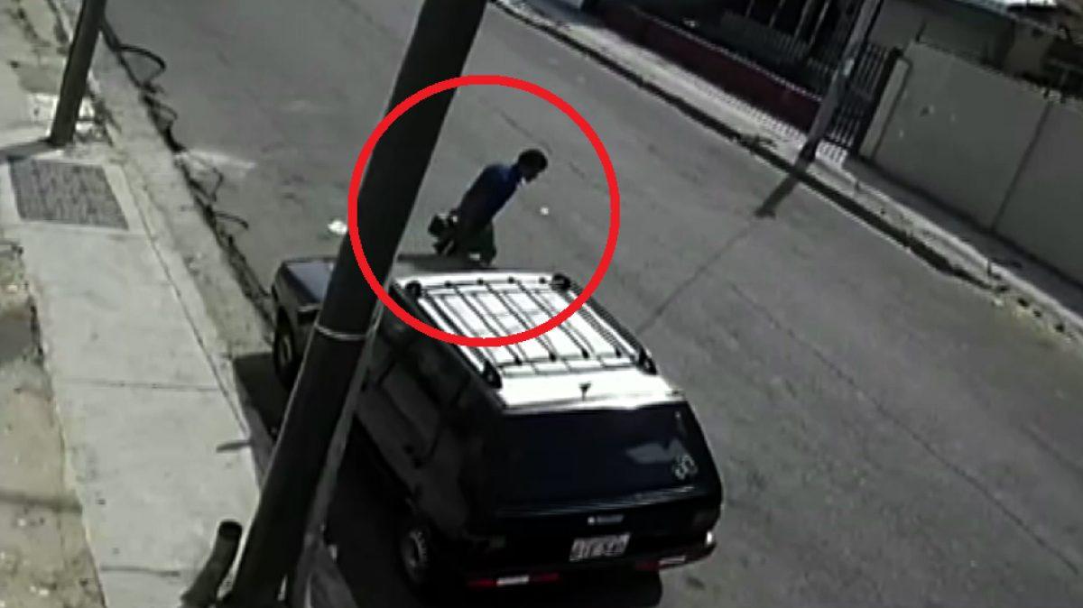 Captan en Guayaquil el robo de una batería de auto en cuestión de minutos