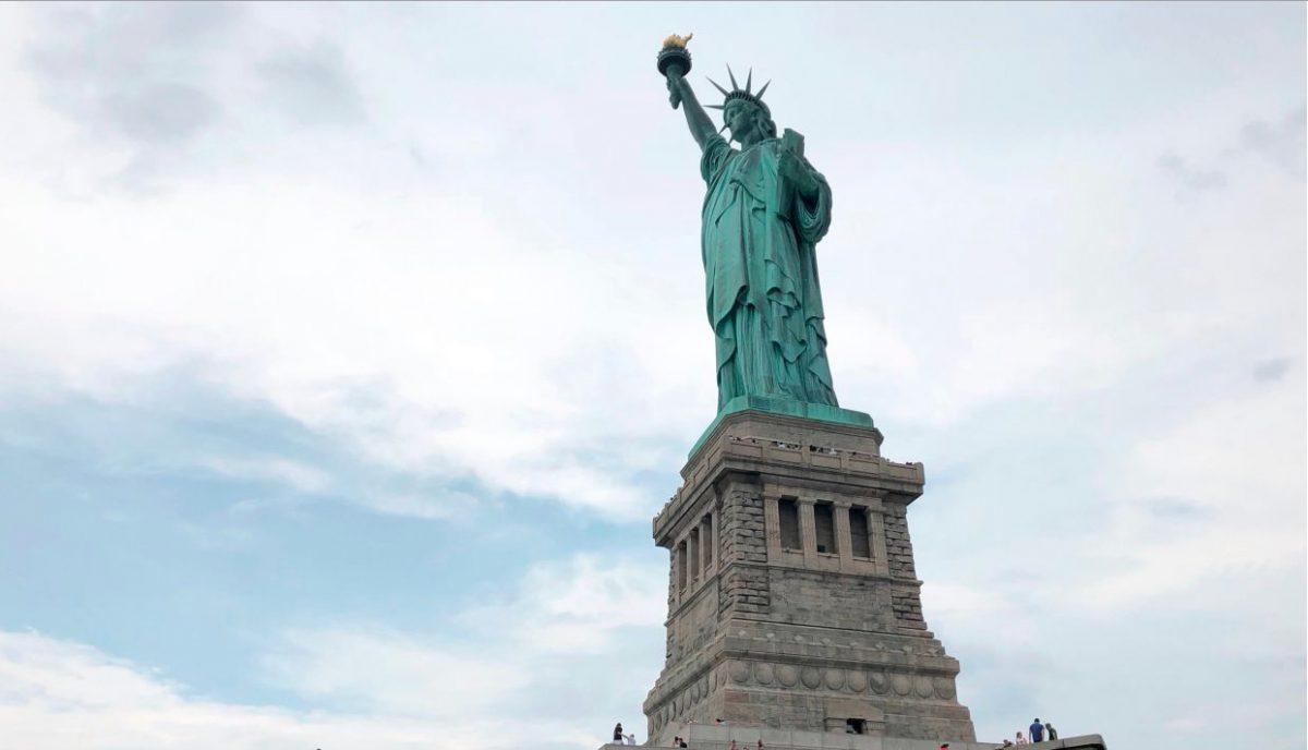 El poema en la Estatua de la Libertad recibe a migrantes europeos