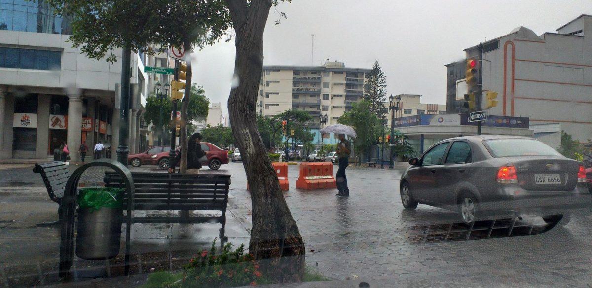 VIDEOS | Así amanece Guayaquil con fuerte lluvia