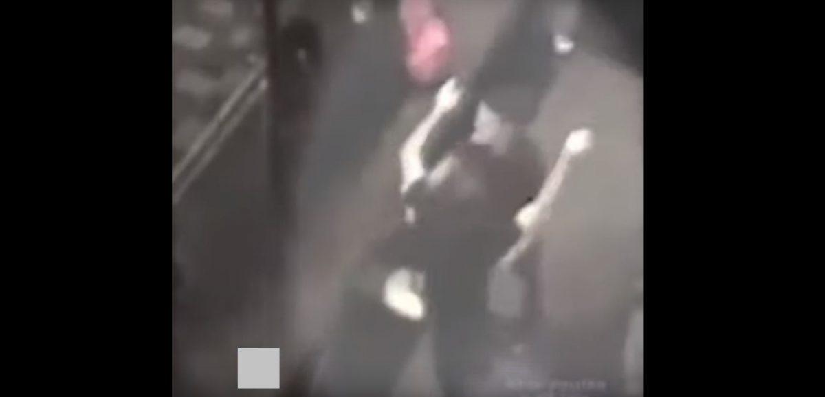 VIDEO: Dos hombres chocan las manos y se abrazan después de violar a una joven
