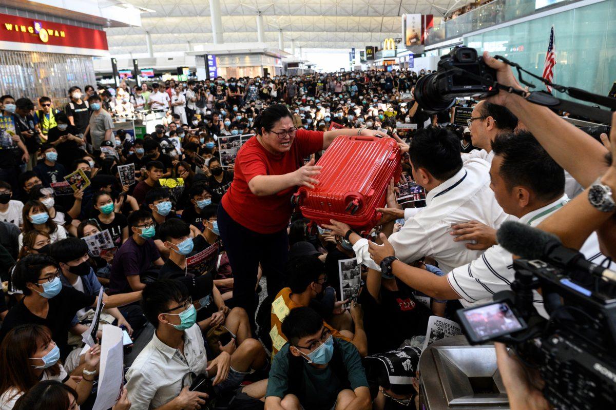 VIDEO | Viajeros con opiniones divididas por manifestantes en el aeropuerto de Hong Kong