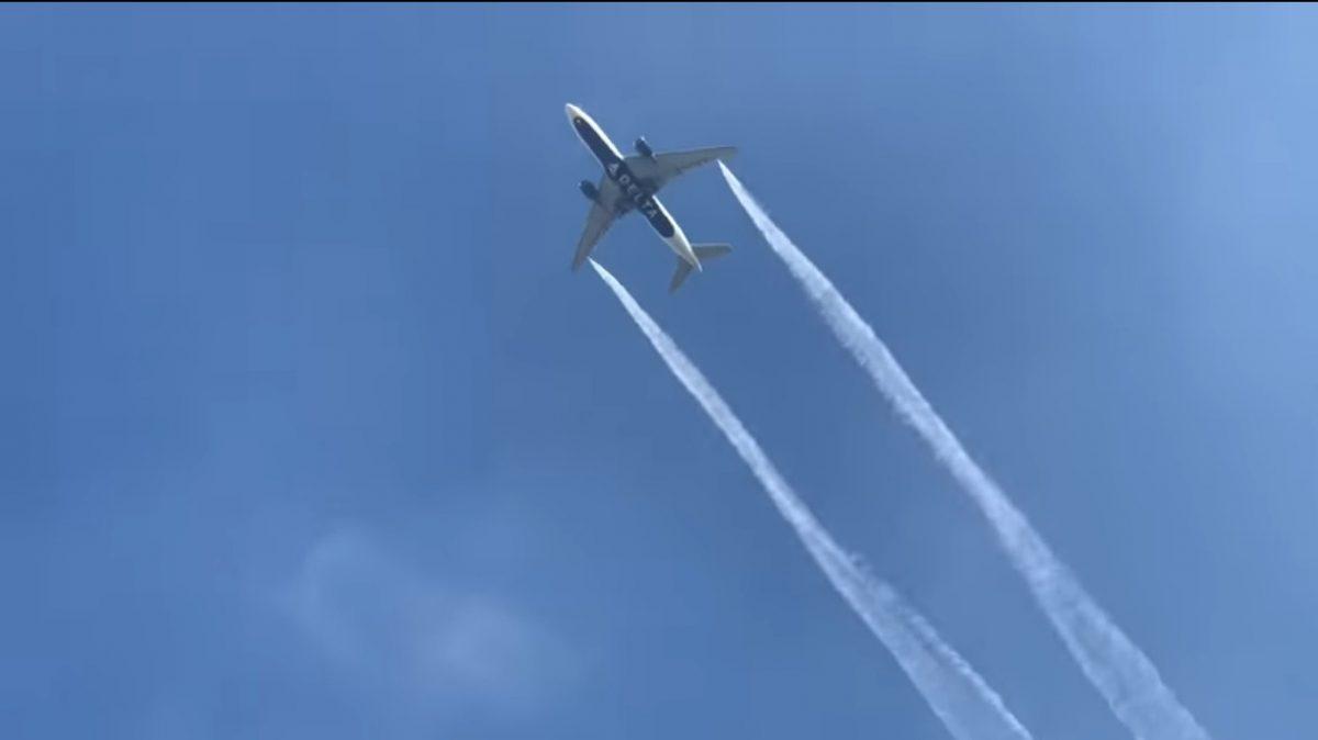 VIDEO   Avión liberó combustible en pleno vuelo y cayó sobre escuelas: hay niños heridos