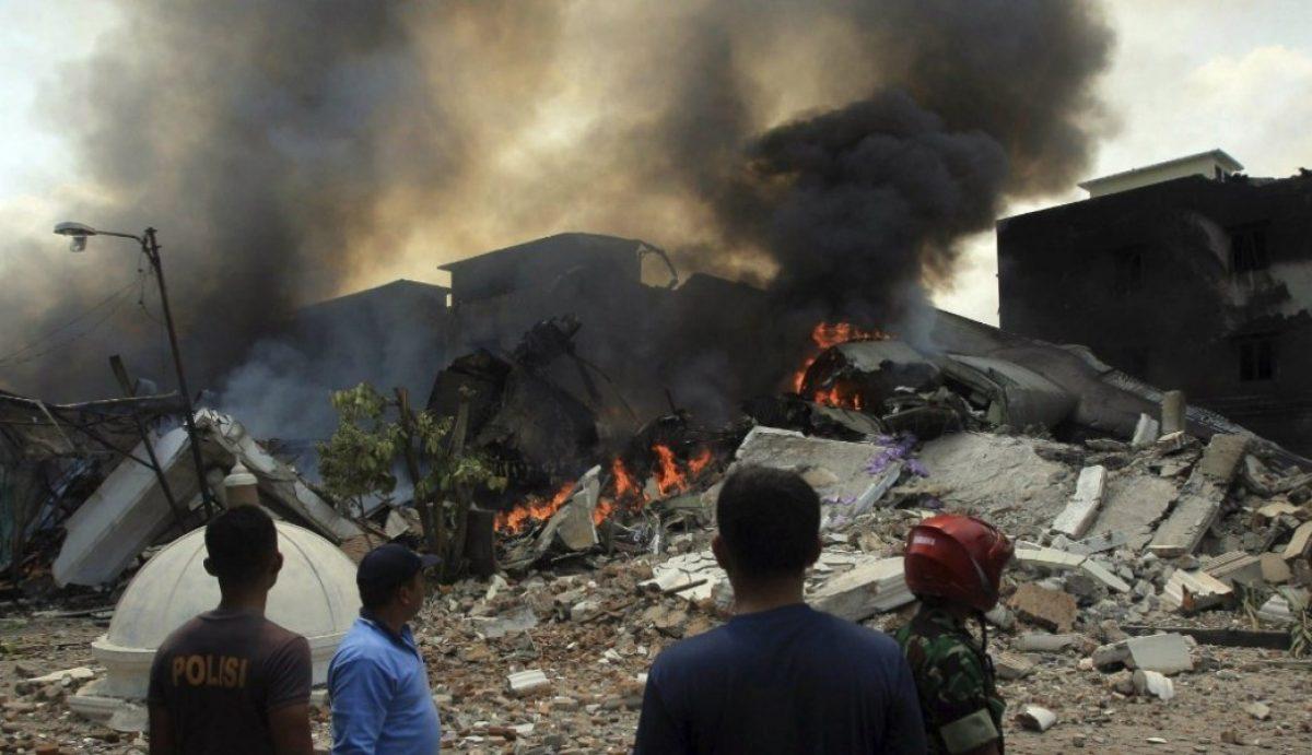 Siete muertos al caer avión sobre casas en Colombia