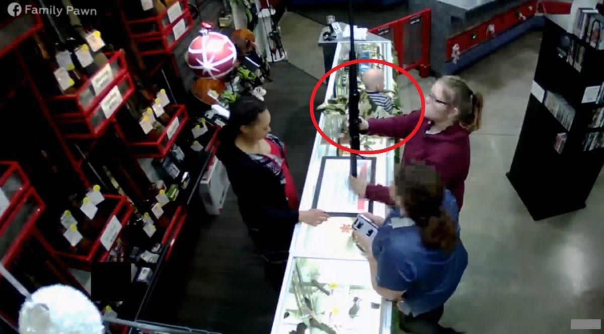 VIDEO | Bebé cae de una vitrina mientras su mamá compra una pistola