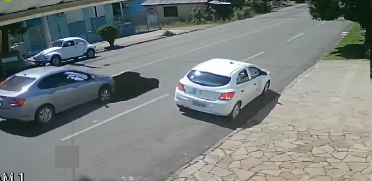 VIDEO   Volqueta provoca un hueco gigante en la calle y un carro cae dentro