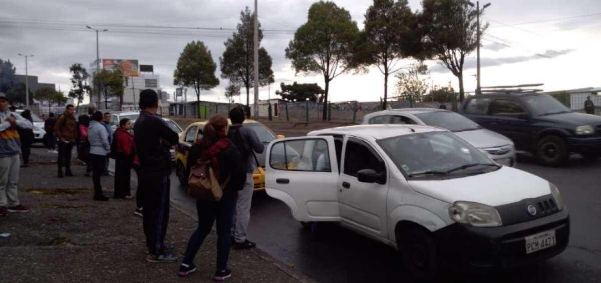 El transporte privado suple la falta de buses en Quito