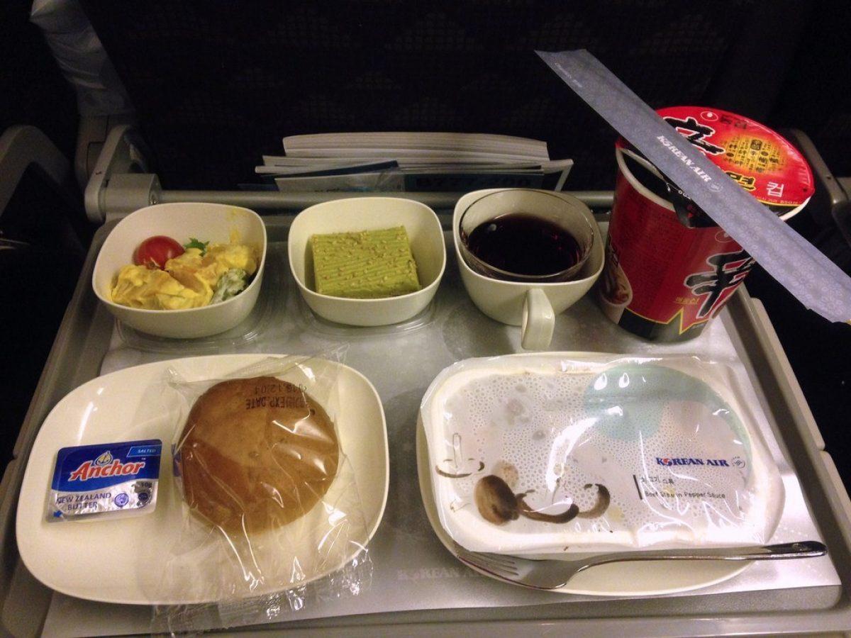 Pasajero de avión asqueado tras encontrar algo cuando masticaba su comida