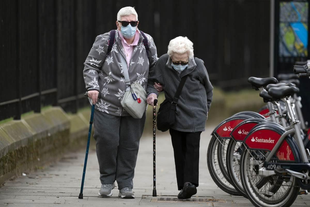 El Reino Unido reportó 828 nuevas muertes por coronavirus en hospitales y el total del país superó los 17 mil