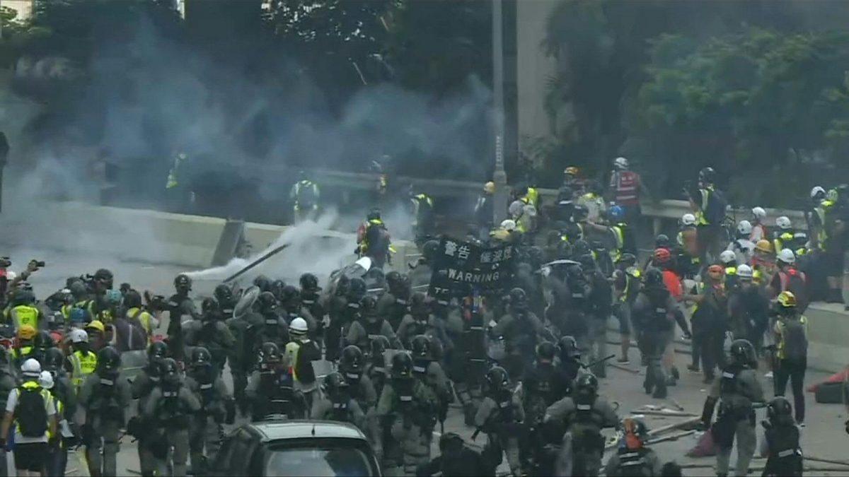 VIDEO   Nuevos enfrentamientos en Hong Kong entre manifestantes y policía
