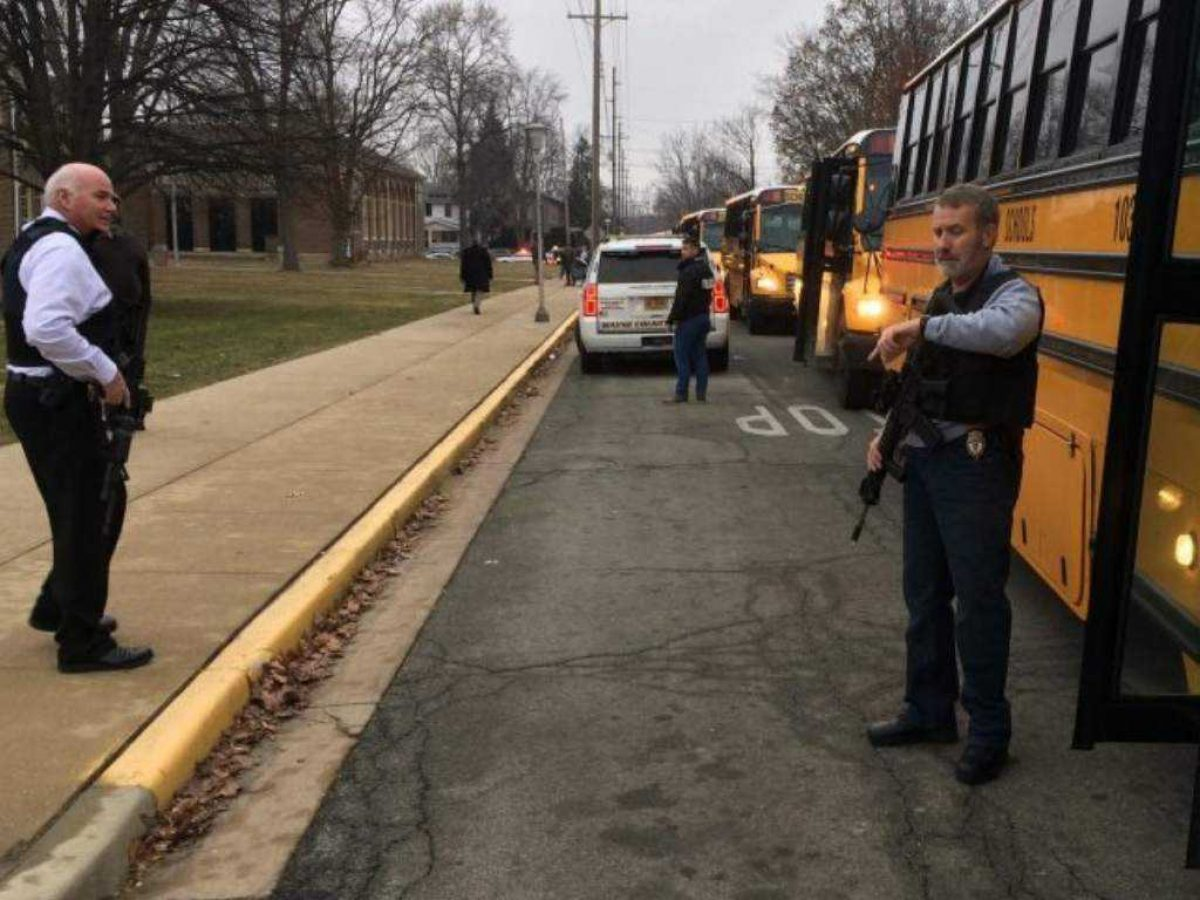 Panel de seguridad de Trump recomienda guardias armados en colegios de EE.UU.