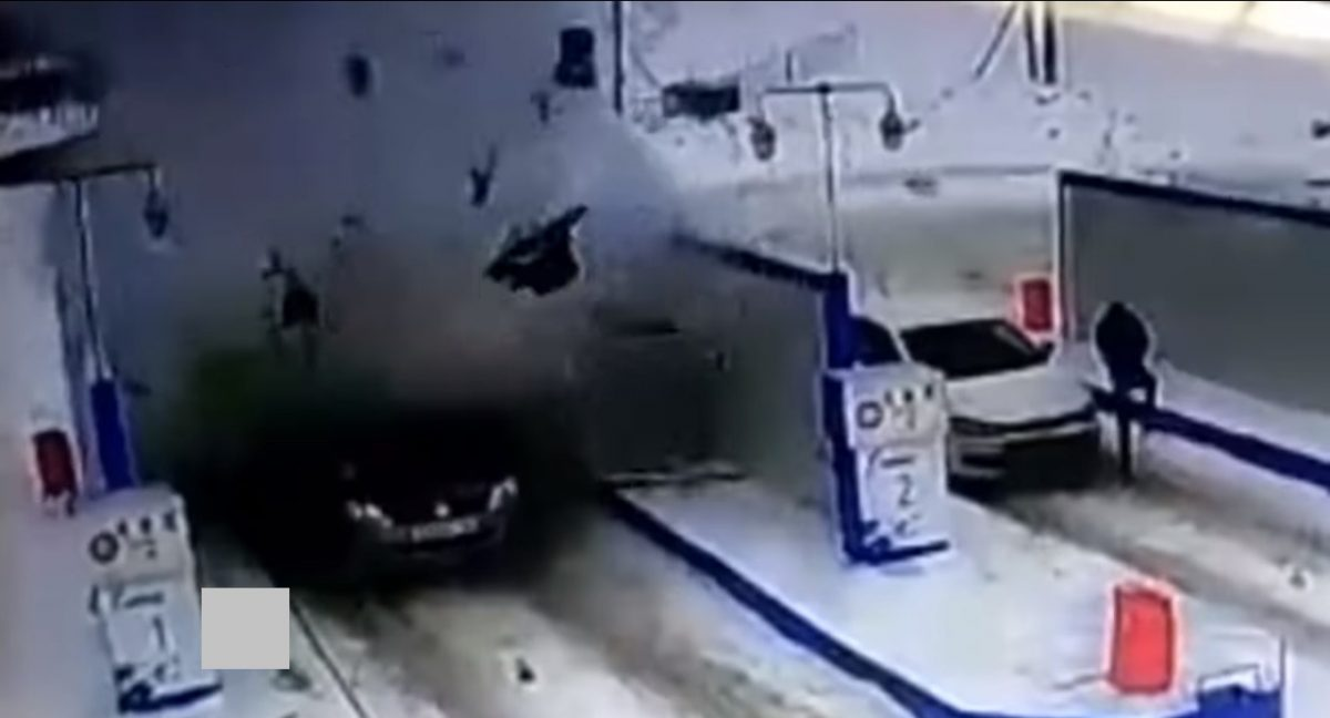 VIDEO | Un carro explota en una gasolinera