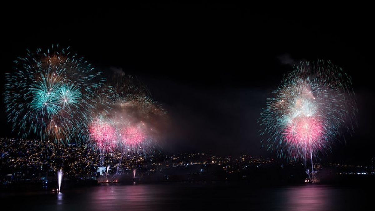 VIDEO: un dron atraviesa un 'mar' de fuegos artificiales