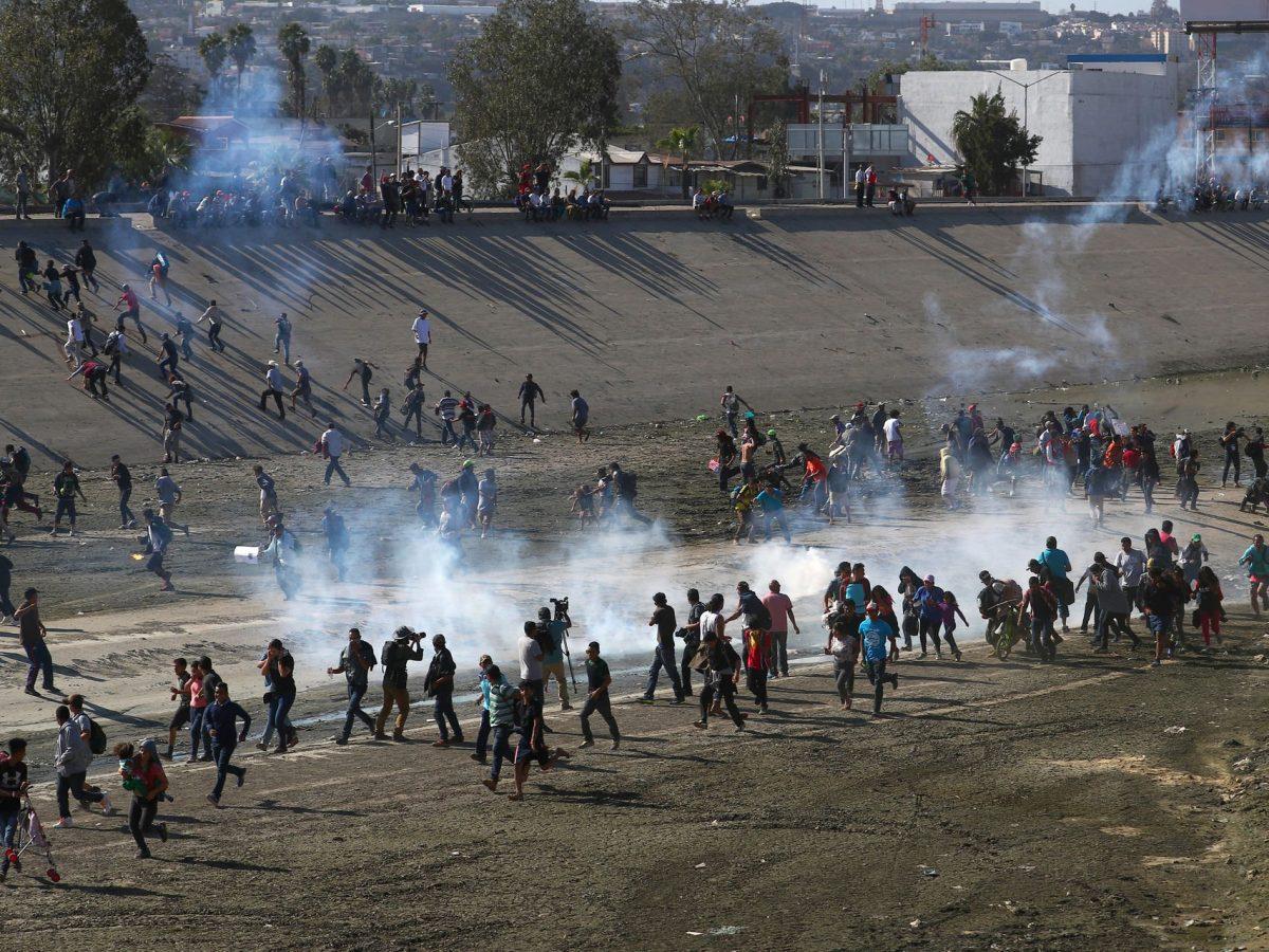México pide a EEUU abrir una investigación por el uso de gases lacrimógenos en la frontera