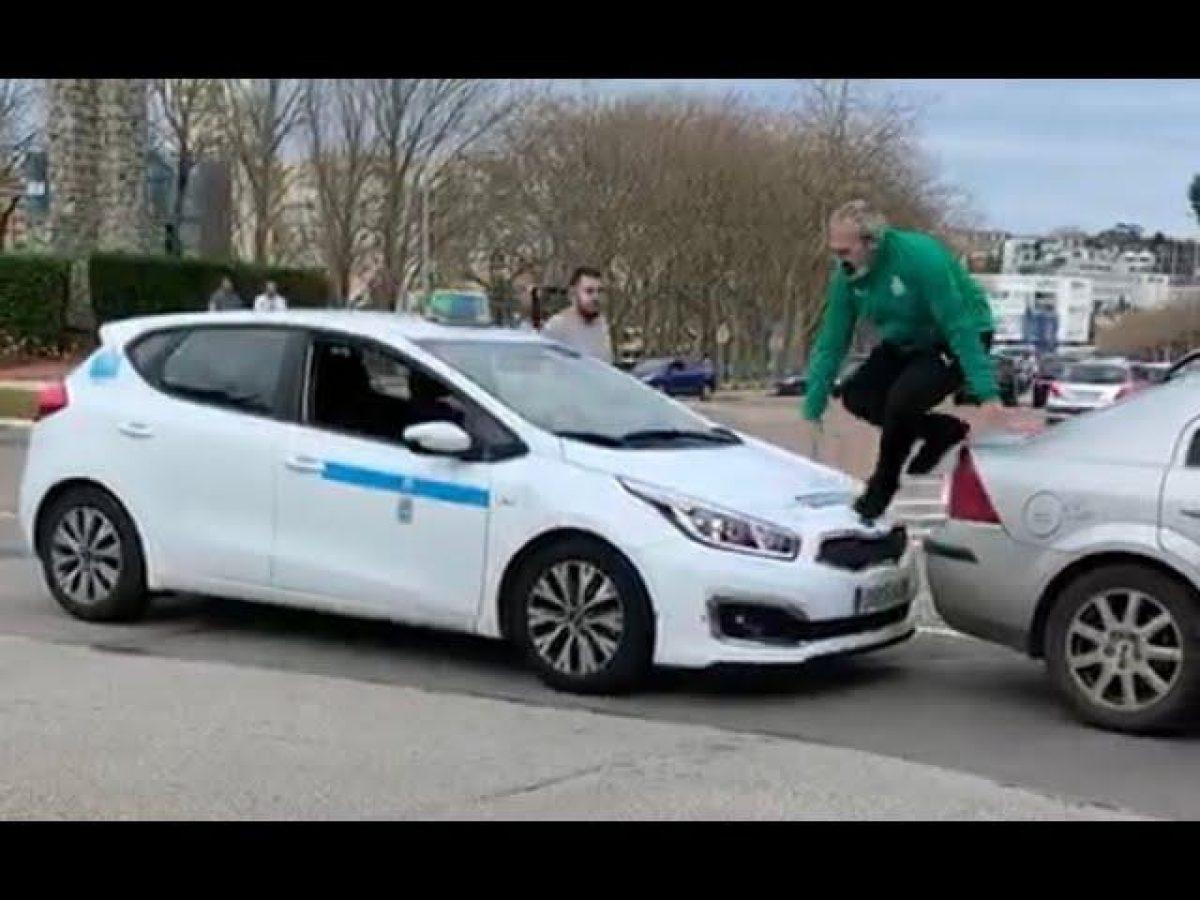 VIDEO| Taxista e hincha discuten y se destrozan autos mutuamente