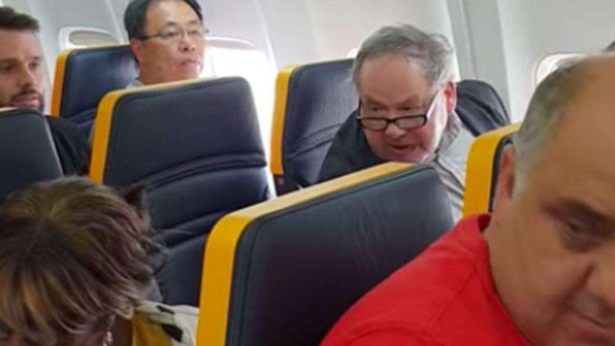Un hombre insulta a una mujer negra por sentarse a su lado en un vuelo