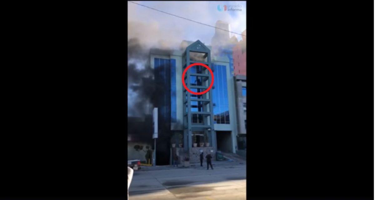 VIDEO | Hombre salta desde un quinto piso durante un incendio