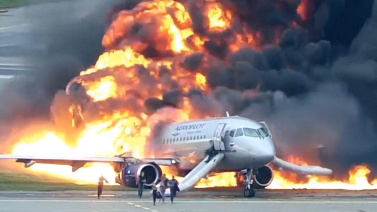 Video completo del incendio de un avión en el aeropuerto de Moscú