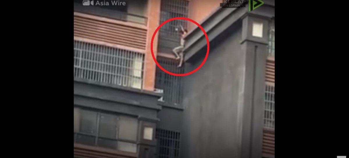 VIDEO | Escapó del edifico en llamas escalando la pared con su sobrino en la espalda
