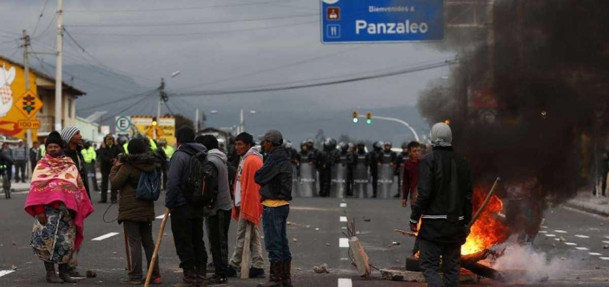 Protesta indígena mantiene cierre de vía en Cotopaxi