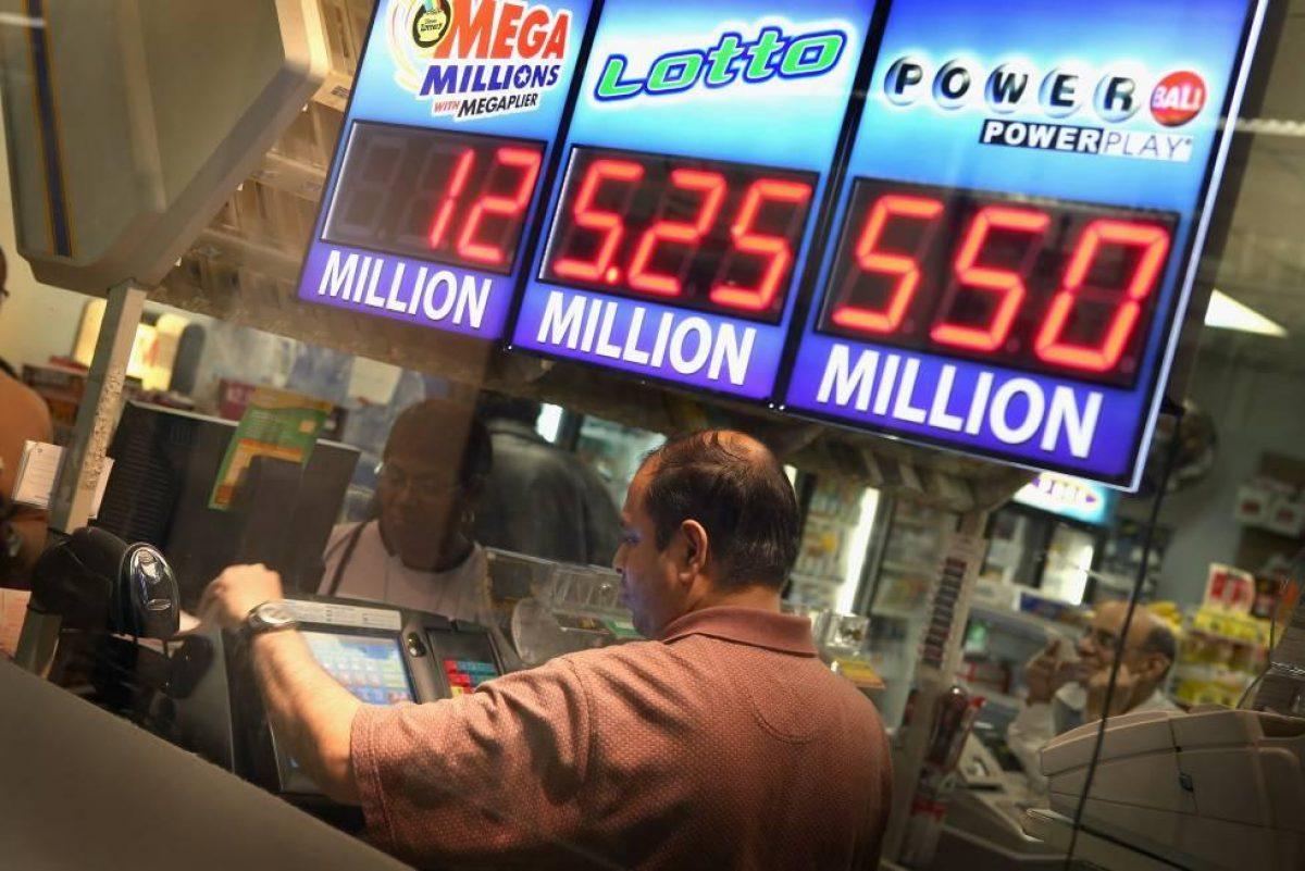 Se queda sin trabajo por el coronavirus y gana más de 3 millones de dólares a la lotería
