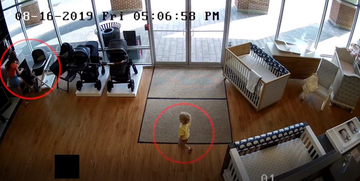 VIDEO | Una mujer roba un coche para bebé pero olvida a su hijo en la tienda