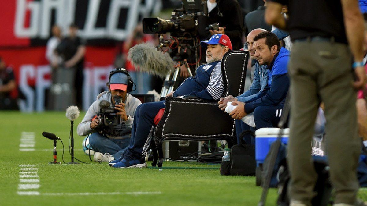 VIDEO | Maradona recibe 'misteriosa sustancia' mientras dirige en banca de suplentes