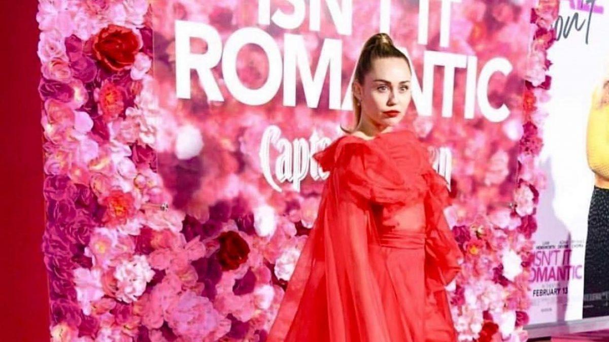 Miley Cyrus reemplazó a su esposo en el estreno de una película