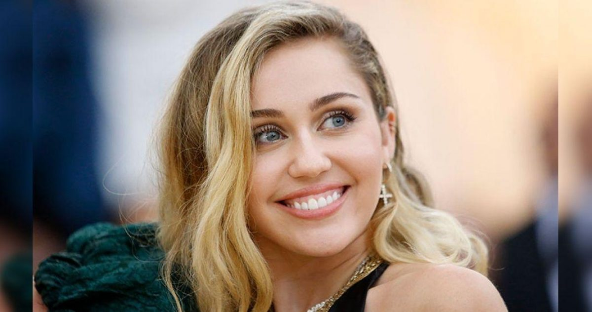 VIDEO: Miley Cyrus canta sin blusa y sin sostén en show
