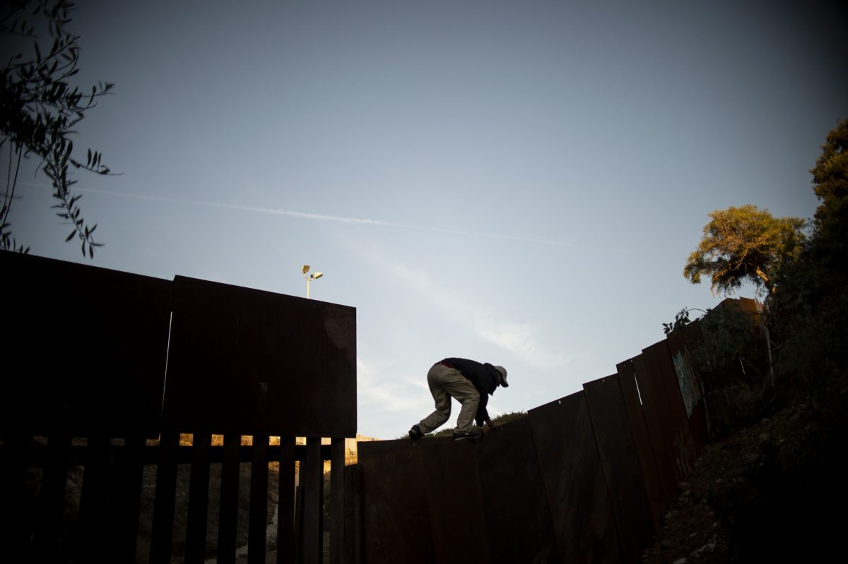 VIDEO: escalar el muro México-EEUU, el desafiante intento de migrantes