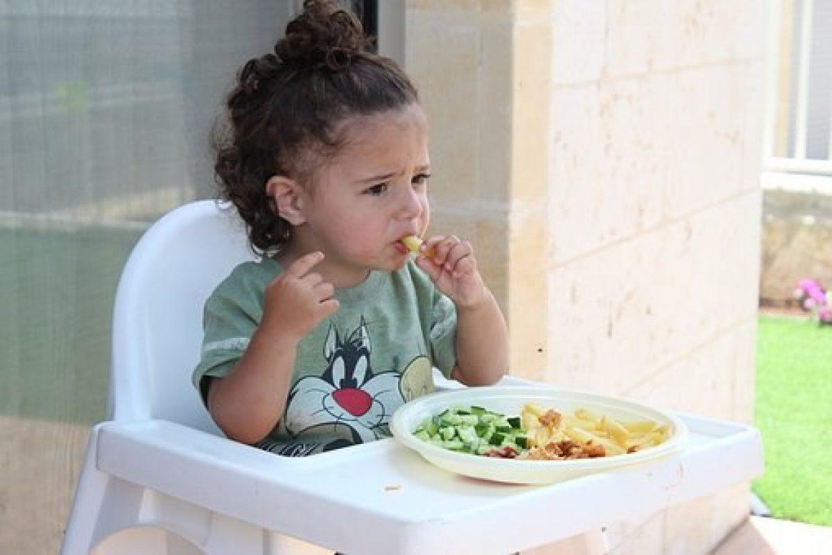 Niña menor de 2 años bebe detergente en restaurante y termina en coma